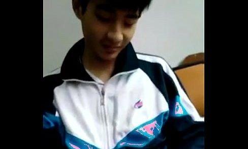 คลิปเกย์จีน คลิปนักเรียนชายใจกล้าแอบชักว่าวในห้องเรียน คาชุดนักกีฬา มาดูกระจู๋วัยรุ่น ขนพึ่งขน นมพึ่งตั้ง นักเรียน จีนที่น่าอมกันเถอะ