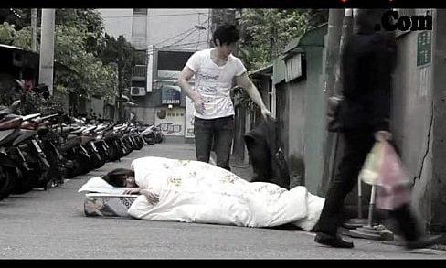 ญี่ปุ่น เห็นสาวนอนนอนขวางทางอยู่กลางถนน ชายโสดแผนสูงสวมรอยนอนด้วยแล้วเย็ดหีสาวฟรีๆซะเลย ไม่แคร์สายตาคนอื่นแล้ว
