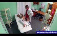 xxx เย็ดกัน คุณหมอเย็ดหีสาวคนไข้ในห้องตรวจสุขภาพ หยุดเช็คร่างกายเพราะคนไข้มีความต้องการทางเพศหมอเลยจัดให้ ในคลินิก