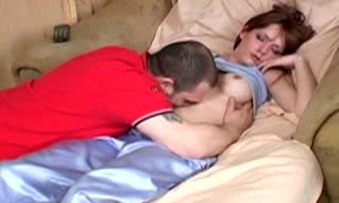 ช่วยตัวเอง วางยานอนหลับอาจารย์สอนเลข จับเปิดซิงหีเครมสดๆบนโซฟา xxx แหมะ กระจู๋มันสั้นเล็กเกิ้น
